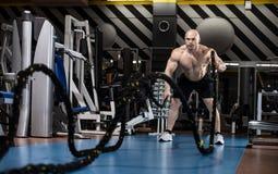 Mężczyzny bodybuilder wykonuje ćwiczenie obrazy stock