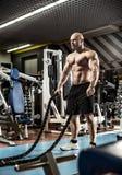 Mężczyzny bodybuilder wykonuje ćwiczenie obraz stock