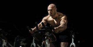 Mężczyzny bodybuilder wykonuje ćwiczenie fotografia stock