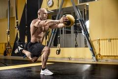 Mężczyzny bodybuilder wykonuje ćwiczenie obrazy royalty free