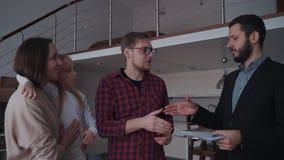 Mężczyzny chwiania ręki agent nieruchomości po podpisują kontrakt na ponownym zdjęcie wideo