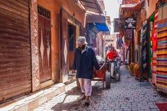 Mężczyzny ciągnięcia handcart obrazy royalty free