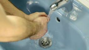 Mężczyzny domycia ręki w łazienka zlew zbiory wideo