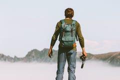 Mężczyzny fotograf podróżuje w góry przygody styl życia zdjęcia royalty free