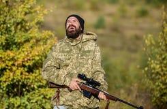 Mężczyzny gajowego natury brutalny tło Przepis polowanie E Brodaty myśliwy wydaje czasu wolnego polowanie zdjęcia stock