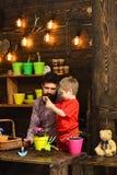 Mężczyzny i chłopiec dziecka miłości natura Kwiat opieki podlewanie Glebowi użyźniacze Rodzinny dzień charcica Szczęśliwe ogrodni fotografia stock