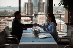 Mężczyzny i kobiety chwiania ręki mieć transakcję biznesową zdjęcia royalty free