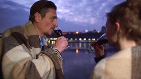 Mężczyzny i kobiety napoju alkohol od win szkieł zamyka w górę Dobiera się clink szkieł wina szkła na tle zdjęcie wideo