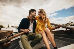Mężczyzny i kobiety obsiadanie w łodzi patrzeje each inny fotografia royalty free