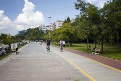 Mężczyzny i kobiety przejażdżki bicykle w Modzie zdjęcia stock