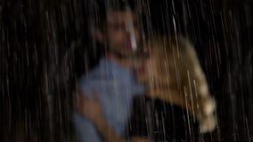 Mężczyzny i kobiety przytulenie pod czekać na taxi i, romantyczna data zdjęcia stock