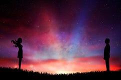 Mężczyzny i kobiety sylwetka trwanie naprzeciw kolorowego surrealistycznego zmierzchu nieba royalty ilustracja