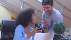 Mężczyzny i kobiety udzielenia środków zawartość na telefonie komórkowym przy biurem zbiory