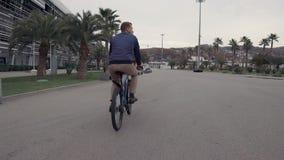 Mężczyzny jeździecki rowerowy plenerowy zdjęcie wideo