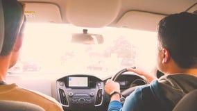 Mężczyzny jeżdżenia puszek ulica z righthand ruchem drogowym, opowiada przyjaciel Turyści, podróż, kierowca, samochód, odpoczynek zdjęcie wideo