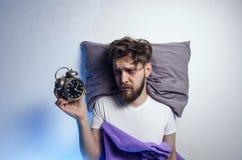 Mężczyzny kłaść smutny i obudzony w łóżku obrazy royalty free