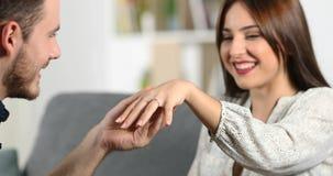 Mężczyzny kładzenia pierścionek zaręczynowy jego dziewczyna zbiory wideo