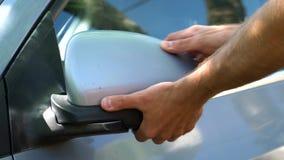Mężczyzny komesi samochód i zamykają popierają kogoś lustro zbiory wideo