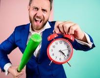 Mężczyzny kostiumu chwyta zegar w ręce i argumentowanie dla być opóźniony Biznesowy dyscypliny pojęcie Czas dyscyplina i zarządza zdjęcia royalty free
