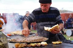 Mężczyzny kulinarny wielbłądzi mięso przy wretling festiwalem, Selcuk, Izmir, Turcja zdjęcie royalty free
