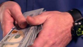 Mężczyzny liczenia gotówki pieniądze z szybką prędkością zdjęcie wideo