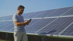 Mężczyzny mienia rejestry panel słoneczny zbiory wideo