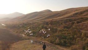 Mężczyzny miotania papiery na naturze zdjęcie wideo