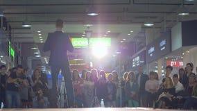 Mężczyzny model w stałym kostiumu i buty chodzimy wybieg podczas pokazu modego w backlight na tle widownia zbiory wideo