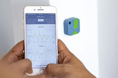 Mężczyzny monitorowanie domu wilgotności poziomy z app obraz stock