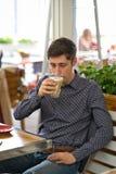 Mężczyzny napoju latte wielka kawa zdjęcie royalty free