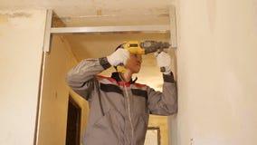 Mężczyzny naprawiania deska na ścianie zdjęcie wideo
