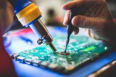 Mężczyzny naprawiania peceta główna deska zdjęcia stock