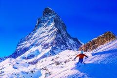 Mężczyzny narciarstwo na świeżym prochowym śniegu obrazy stock