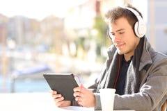 Mężczyzny nauczania online dopatrywania tutorials online zdjęcie royalty free