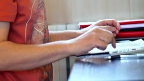 Mężczyzny odliczający pieniądze i podsadzkowa podatek forma zdjęcie wideo