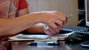 Mężczyzny odliczający pieniądze i podsadzkowa podatek forma zbiory wideo