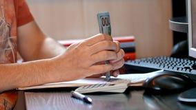 Mężczyzny odliczający pieniądze i podsadzkowa podatek forma zbiory