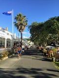Mężczyzny odprowadzenia puszek wspaniały boardwalk w podczas Russel, Nowa Zelandia zdjęcia royalty free
