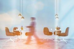 Mężczyzny odprowadzenie w minimalistic kawiarni zdjęcia stock