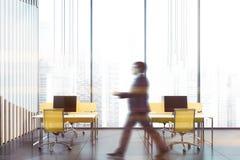 Mężczyzny odprowadzenie w panoramicznym biurowym wnętrzu obrazy royalty free