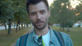 Mężczyzny odprowadzenie wzdłuż ulicy zdjęcie wideo