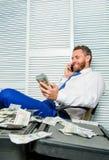 Mężczyzny oszust mówi telefon komórkowego pyta dla pieniądze Pieniężny oszustwa przestępstwo Mężczyzna zarabia pieniądze na mobil fotografia royalty free