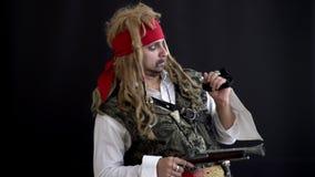 Mężczyzny pirat widzii z coś z jego oczami, spojrzeniami przy kamerą i punktami przy nim, palec zbiory wideo