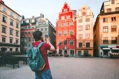 Mężczyzny podróżnika odprowadzenie w Sztokholm miasta podróży styl życia fotografia stock