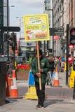 Mężczyzny przewożenia deski reklamuje metro kanapki sklep, Bishopsgate, Londyn, Anglia, Zjednoczone Królestwo fotografia royalty free