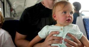 Mężczyzny przewożenia dziecko jedzie podczas gdy autobusowy zbiory