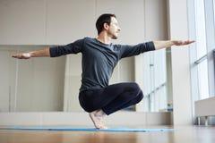 Mężczyzny równoważenie na palec u nogi obraz stock