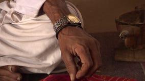 Mężczyzny ręka dotyka dywan zbiory wideo