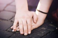 Mężczyzny ręka i miłość ostrożnie zakrywamy kobiety rękę fotografia stock
