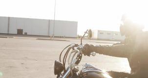 Mężczyzny rowerzysta jedzie motocykl na drodze w mieście przy zmierzchem, boczny widok zdjęcie wideo